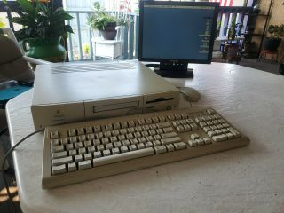 Apple Macintosh Performa 6115cd With Keyboard And Mouse.